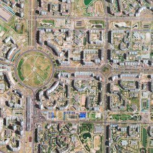 """Das Satellitenbild """"MOSKVA - Russland"""" ist dem Bildband """"HUMAN FOOTPRINT - Satellitenbilder dokumentieren menschliches Handeln"""" entnommen. Bildbeschreibung: Mit mehr als 240.000 Einwohnern ist Marjino mit Abstand der bevölkerungsreichste Stadtteil Moskaus. Die großzügige Anlage der zum Teil erst um 1980 auf dem Gelände einer früheren Kläranlage entstandenen Plattenbausiedlungen im Süden Moskaus lässt Raum für breite Straßenzüge und ausgedehnte Grünanlagen."""