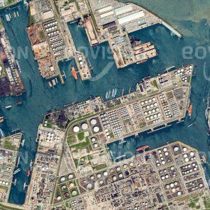 """Das Satellitenbild """"ROTTERDAM - Niederlande"""" ist dem Bildband """"HUMAN FOOTPRINT - Satellitenbilder dokumentieren menschliches Handeln"""" entnommen. Bildbeschreibung: Der Hafen Rotterdam ist der größte Tiefseehafen Europas und mit über 100 Millionen Tonnen Jahresumschlag der wichtigste europäische Importhafen für Erdöl."""