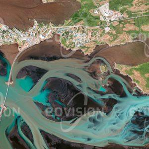 """Das Satellitenbild """"BORGARNES - Island"""" ist dem Bildband """"HUMAN FOOTPRINT - Satellitenbilder dokumentieren menschliches Handeln"""" entnommen. Bildbeschreibung: Borgarnes liegt malerisch auf einer Halbinsel im Gezeitenbereich des Atlantik und ist trotz seiner exponierten Lage seit Jahrhunderten besiedelt."""