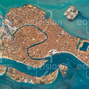 """Das Satellitenbild """"VENEZIA - Italien"""" ist dem Bildband """"HUMAN FOOTPRINT - Satellitenbilder dokumentieren menschliches Handeln"""" entnommen. Bildbeschreibung: Schon im Mittelalter war Venedig Zentrum eines ausgedehnten Handelsreiches, das den gesamten Mittelmeerraum umspannte. Ausgangspunkt für diese Position war die einzigartige Lage auf mehr als 100 Inseln in einer Lagune an der nördlichen Adria. Ein dichtes Netzwerk von Kanälen durchzieht die weltberühmte Altstadt Venedigs, die regelmäßigen Überflutungen bei »acqua alta« und dichten Touristenströmen ausgesetzt ist."""
