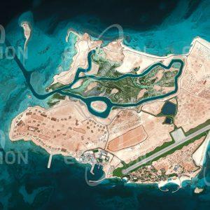 """Das Satellitenbild """"AL QAFFAY - Vereinigte Arabische Emirate"""" ist dem Bildband """"HUMAN FOOTPRINT - Satellitenbilder dokumentieren menschliches Handeln"""" entnommen. Bildbeschreibung: Aus der bis vor wenigen Jahren unbewohnten und wüsten Insel der Vereinigten Arabischen Emirate wird eine künstliche Welt geschaffen, Schifffahrtskanal und Flughafen bestehen bereits."""