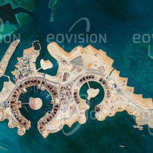 """Das Satellitenbild """"QATAR - Katar"""" ist dem Bildband """"HUMAN FOOTPRINT - Satellitenbilder dokumentieren menschliches Handeln"""" entnommen. Bildbeschreibung: Im Emirat Katar entstehen am Persischen Golf seit 2006 auf vier Quadratkilometern künstlich aufgeschütteter Inseln neue Luxusimmobilien für 45.000 Bewohner. Besonders exklusiv mit großen Villen und eigenem Hafen werden die neun """"Perlen"""" am Ausläufer der Insel. Die Nähe zum Wasser soll dazu beitragen, das heiße Wüstenklima erträglicher zu machen."""