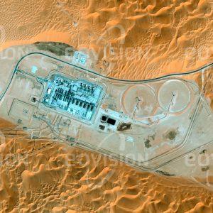 """Das Satellitenbild """"SHAYBAH - Saudi-Arabien"""" ist dem Bildband """"HUMAN FOOTPRINT - Satellitenbilder dokumentieren menschliches Handeln"""" entnommen. Bildbeschreibung: Auch unter extremsten Bedingungen, wie hier im Sand der Wüste Rub' al-Khali, wird in Saudi Arabien, dem Land mit den weltweit größten Erdölreserven, das schwarze Gold gewonnen."""