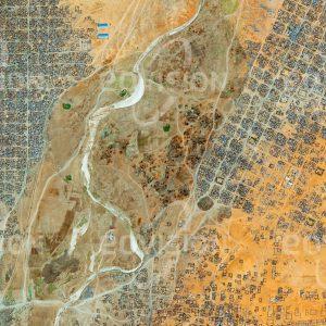 """Das Satellitenbild """"AL FĀSHIR - Sudan"""" ist dem Bildband """"HUMAN FOOTPRINT - Satellitenbilder dokumentieren menschliches Handeln"""" entnommen. Bildbeschreibung: Als Folge des Darfur-Konflikts, der ab 2003 den Sudan erschütterte und annähernd 300.000 Todesopfer forderte, verloren etwa fünf Millionen Menschen ihre Heimat und fanden in Flüchtlingslagern Zuflucht. So entstand auch im Norden der Stadt al-Fashir im Winter 2004/05 der erste Teil des Flüchtlingslagers Abu Shouk, eine Erweiterung nach Osten folgte in den Jahren danach. Der regelmäßige Aufbau des innerhalb weniger Jahre entstandenen Lagers unterscheidet sich deutlich von der gewachsenen Struktur der ursprünglichen Siedlung."""
