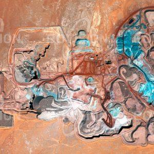"""Das Satellitenbild """"ARLIT - Niger"""" ist dem Bildband """"HUMAN FOOTPRINT - Satellitenbilder dokumentieren menschliches Handeln"""" entnommen. Bildbeschreibung: Mit der Entwicklung der Nukleartechnologie für Energiegewinnung und Waffentechnik wurden ab den 1950er Jahren Quellen für spaltbares Material immer wichtiger. Nach der Entdeckung von Uranvorkommen am Westrand des Aïr-Gebirges in der Sahara wurde daher 1969 eine Uranmine angelegt und für die Minenarbeiter die Stadt Arlit gegründet. Uran aus Arlit spielt vor allem für die französische Nuklearindustrie eine bedeutende Rolle."""