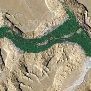"""Das Satellitenbild """"AOUFOUSS - Marokko"""" ist dem Bildband """"HUMAN FOOTPRINT - Satellitenbilder dokumentieren menschliches Handeln"""" entnommen. Bildbeschreibung: Das marokkanische Dorf Aoufous liegt am Südabhang des Hohen Atlas im Tal des Flusses Ziz. Um-geben von der Trockenheit der Ausläufer der Sahara konzentrieren sich die Aktivitäten des Menschen auf Orte, an denen Zugang zu Wasser besteht, das hier meist aus den Bergen stammt. Geeignete Flächen entlang des Flusses werden landwirtschaftlich genutzt, während die Siedlungen wegen des Hochwasserschutzes erst dahinter folgen."""