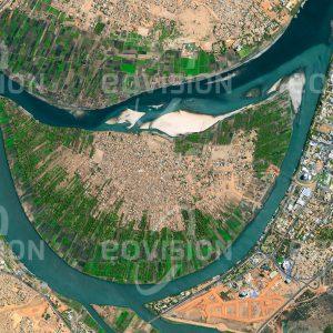 """Das Satellitenbild """"AL KHARTŪM - Sudan"""" ist dem Bildband """"HUMAN FOOTPRINT - Satellitenbilder dokumentieren menschliches Handeln"""" entnommen. Bildbeschreibung: Nahe der sudanesischen Hauptstadt Khartum liegt im Zusammenfluss des Blauen und des Weißen Nils die seit Jahrhunderten bewohnte Insel Tuti."""