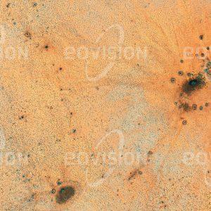 """Das Satellitenbild """"SCHEALUTAH - Äthiopien"""" ist dem Bildband """"HUMAN FOOTPRINT - Satellitenbilder dokumentieren menschliches Handeln"""" entnommen. Bildbeschreibung: Die Wasserstelle am Ortsrand ermöglicht den Bewohnern dieses kleinen Dorfes im Osten Äthiopiens Ackerbau und Viehzucht für den Eigenbedarf."""