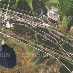 """Das Satellitenbild """"SURGUT - Russland"""" ist dem Bildband """"HUMAN FOOTPRINT - Satellitenbilder dokumentieren menschliches Handeln"""" entnommen. Bildbeschreibung: Erdöl- und Gasförderung bestimmen das Wirtschaftsleben der sibirischen Stadt, in deren Umgebung Pipelines und Ölförderanlangen die Landschaft prägen."""
