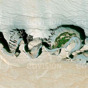 """Das Satellitenbild """"NAGERI HANA - China"""" ist dem Bildband """"HUMAN FOOTPRINT - Satellitenbilder dokumentieren menschliches Handeln"""" entnommen. Bildbeschreibung: Die in China liegende Taklamakan-Wüste ist die zweitgrößte Sandwüste der Erde. Ihre Dünen erreichen Höhen von über 100 Metern. Große tages- und jahreszeitliche Temperaturunterschiede und Sandstürme stellen den Menschen vor besondere Herausforderungen. Fern von größeren Städten sind hier dennoch die Ufer des tief in die Sandwüste eingeschnittenen Niya-Flusses vereinzelt besiedelt."""