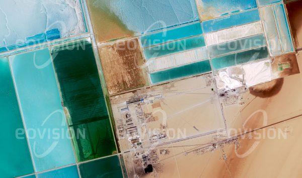 """Das Satellitenbild """"LOP NUR - China"""" ist dem Bildband """"HUMAN FOOTPRINT - Satellitenbilder dokumentieren menschliches Handeln"""" entnommen. Bildbeschreibung: Das Becken des verlandeten Sees Lop Nor ist von ausgedehnten Verdunstungsbecken geprägt, in denen Pottasche für die Herstellung von Düngemitteln gewonnen wird."""