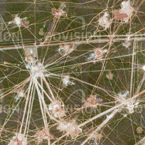 """Das Satellitenbild """"ZARYA OKTYABRYA - Kasachstan"""" ist dem Bildband """"HUMAN FOOTPRINT - Satellitenbilder dokumentieren menschliches Handeln"""" entnommen. Bildbeschreibung: Ein verwirrendes Netz von Bohrlöchern, Leitungen und Straßen überzieht die kasachische Steppe. Erdöl und Erdgas sind die wesentlichen Exportprodukte des Landes, zwischen 2000 und 2010 wurde die Förderleistung der Erdölquellen verdoppelt. Sandwälle um die Förderanlagen sollen im Schadensfall verhindern, dass größere Flächen durch Erdölaustritt kontaminiert werden."""