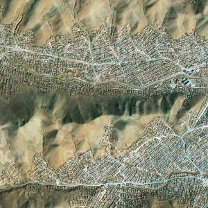 """Das Satellitenbild """"ULAANBAATAR - Mongolei"""" ist dem Bildband """"HUMAN FOOTPRINT - Satellitenbilder dokumentieren menschliches Handeln"""" entnommen. Bildbeschreibung: Durch starken Zuzug wachsen einfache Siedlungen auf den Berghängen um die mongolische Hauptstadt, die viele Menschen auf der Suche nach besseren Lebensbedingungen anzieht."""