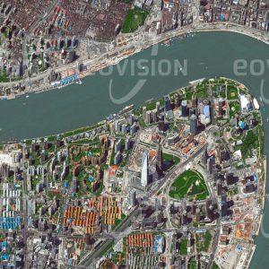 """Das Satellitenbild """"PUDONG - SHANGHAI - China"""" ist dem Bildband """"HUMAN FOOTPRINT - Satellitenbilder dokumentieren menschliches Handeln"""" entnommen. Bildbeschreibung: Seit der wirtschaftlichen Öffnung Chinas in den 1990er-Jahren durchläuft Shanghai als eine der größten Megacitys der Erde eine rasante Entwicklung. Die Wolkenkratzer im Geschäftsviertel Pudong stehen im deutlichen Gegensatz zu den Resten der ursprünglich mit ein- bis zweistöckigen Gebäuden bebauten Wohnviertel am anderen Ufer des Huangpo, die nach und nach der Modernisierung weichen werden."""