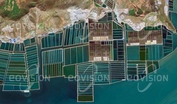 """Das Satellitenbild """"XIAOYUANTUN - China"""" ist dem Bildband """"HUMAN FOOTPRINT - Satellitenbilder dokumentieren menschliches Handeln"""" entnommen. Bildbeschreibung: Wie an vielen Küsten Chinas stellen auch am Golf von Bohai Aquakulturflächen einen wichtigen Wirtschaftsfaktor dar. Sie tragen wesentlich zur Ernährung der Bevölkerung bei und dienen zum Teil auch als Vorstufe zur Gewinnung von Land in küstennahen Gebieten. Wegen seiner Nähe zur Hauptstadt Beijing ist der Golf von Bohai einer der weltweit dichtest befahrenen Seewege."""