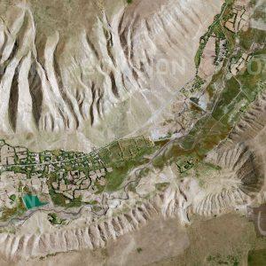 """Das Satellitenbild """"HEINI - China"""" ist dem Bildband """"HUMAN FOOTPRINT - Satellitenbilder dokumentieren menschliches Handeln"""" entnommen. Bildbeschreibung: Inmitten der durch Wind und Wasser stark erodierten Lössebene wird in den Tallagen Ackerbau betrieben, wo fruchtbare Böden und verfügbares Wasser dies ermöglichen."""