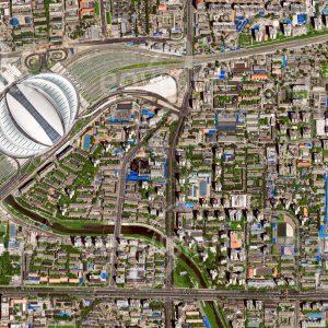 """Das Satellitenbild """"BEIJING - China"""" ist dem Bildband """"HUMAN FOOTPRINT - Satellitenbilder dokumentieren menschliches Handeln"""" entnommen. Bildbeschreibung: In die Dachkonstruktion des 2008 anlässlich der olympischen Sommerspiele eröffneten Südbahnhofes sind Solarmodule integriert, die das Gebäude mit elektrischer Energie versorgen."""