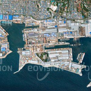 """Das Satellitenbild """"ULSAN - Südkorea"""" ist dem Bildband """"HUMAN FOOTPRINT - Satellitenbilder dokumentieren menschliches Handeln"""" entnommen. Bildbeschreibung: In den Großraum-Trockendocks an der Mipo Bay baut die größte Werft der Welt Tanker, Frachter und Containerschiffe für die großen Reedereien."""