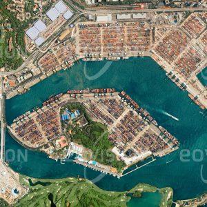 """Das Satellitenbild """"SINGAPUR - CONTAINERHAFEN - Singapur"""" ist dem Bildband """"HUMAN FOOTPRINT - Satellitenbilder dokumentieren menschliches Handeln"""" entnommen. Bildbeschreibung: Die Lage Singapurs zwischen dem Pazifischen und dem Indischen Ozean war Voraussetzung für seine Entwicklung zu einem bedeutenden Handelsplatz. Weitläufige Krananlagen und Containerlager der Hafenterminals zeugen von der Bedeutung Singapurs als weltgrößter Containerhafen. Ausgeklügelte Logistik ist erforderlich, um wie im Jahr 2011 einen Frachtumsatz von 30 Millionen Standard-Containern bewältigen zu können."""