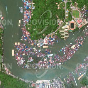 """Das Satellitenbild """"KAMPUNG AYER - Brunei"""" ist dem Bildband """"HUMAN FOOTPRINT - Satellitenbilder dokumentieren menschliches Handeln"""" entnommen. Bildbeschreibung: Die auf Stelzen errichteten 42 Dörfer der Wasserstadt sind Teil der Hauptstadt von Brunei und beherbergen mit über 30.000 Menschen fast ein Zehntel der Bevölkerung des Sultanats. Schon vor mehr als 1.300 Jahren bestand hier eine Pfahlbausiedlung, die später zu einem wichtigen Handelsplatz Borneos und zum Ausgangspunkt für die Entwicklung Bruneis wurde."""