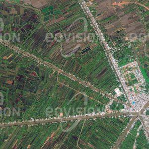"""Das Satellitenbild """"NGA BAY - Vietnam"""" ist dem Bildband """"HUMAN FOOTPRINT - Satellitenbilder dokumentieren menschliches Handeln"""" entnommen. Bildbeschreibung: Das Netzwerk der Flussarme und Kanäle im Mekongdelta dient als Verkehrsnetz, entlang dem sich die Siedlungen erstrecken, und als Infrastruktur für die Wasserversorgung."""