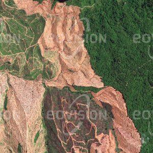 """Das Satellitenbild """"LIMBANG - Malaysien"""" ist dem Bildband """"HUMAN FOOTPRINT - Satellitenbilder dokumentieren menschliches Handeln"""" entnommen. Bildbeschreibung: Im hügeligen Gelände Nordborneos werden nach der Rodung des Regenwalds Terrassen für Ölpalmenplantagen angelegt. Für den Export tropischer Hölzer und die Gewinnung von Land für Plantagen und Äcker wird der natürliche Regenwald in der malaysischen Provinz Sarawak drastisch dezimiert. Damit wird auch der ursprüngliche Lebensraum der indigenen Bevölkerung zerstört."""