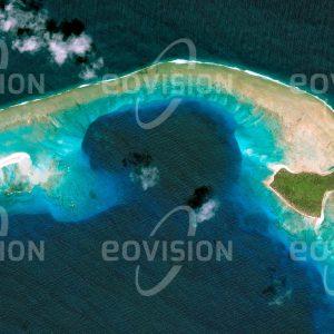 """Das Satellitenbild """"BIKINI ATOLL - Marshallinseln"""" ist dem Bildband """"HUMAN FOOTPRINT - Satellitenbilder dokumentieren menschliches Handeln"""" entnommen. Bildbeschreibung: Bis heute ist das Bikini-Atoll im Pazifischen Ozean infolge der zwischen 1946 und 1958 durchgeführten Kernwaffentests unbewohnbar. Ein Unterwasserkrater ist sichtbare Folge eines dieser Tests. Wegen seiner Rolle als Symbol einer Ära uneingeschränkter Entwicklung militärischer Nukleartechnologie wurde das Atoll 2010 in die UNESCO-Liste des Welterbes aufgenommen."""