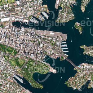 """Das Satellitenbild """"SYDNEY - Australien"""" ist dem Bildband """"HUMAN FOOTPRINT - Satellitenbilder dokumentieren menschliches Handeln"""" entnommen. Bildbeschreibung: Fern der Heimat gründete England im Jahr 1788 in der Nähe des heutigen Sydneys eine Strafkolonie – genau dort, wo schon vor 20000 Jahren Aborigines gesiedelt hatten. Heute ist Sydney mit mehr als 4,5 Millionen Einwohnern die größte Stadt und wirtschaftliches Zentrum Australiens. Die bekann-testen Wahrzeichen der Metropole sind das an der Hafeneinfahrt gelegene Opernhaus und die Harbour Bridge."""