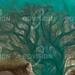 """Das Satellitenbild """"KHAWR AL UDAYD - Katar"""" ist dem Bildband """"WASSER - Entdeckung des Blauen Planeten"""" entnommen. Bildbeschreibung: Ein stark verästelter Schwemmfächer markiert den Übergang zwischen zwei Teilbecken des Khor al-Adaid, auch Inland Sea genannt. Das lagunenartige Binnenmeer in der Wüste im Südosten Katars ist über einen  natürlichen Kanal mit dem Persischen Golf verbunden. Damit ist es auch den Gezeitenströmen ausgesetzt, die den Schwemmfächer gestalten. Khor al-Adaid ist zugleich altes Kulturland und als Naturreservat von Bedeutung."""