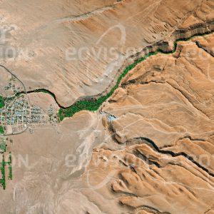 """Das Satellitenbild """"TOCONAO - Chile"""" ist dem Bildband """"WASSER - Entdeckung des Blauen Planeten"""" entnommen. Bildbeschreibung: Am nordöstlichen Rand des Salzsees Salar de Atacama liegt in der chilenischen Region Anto-fagasta das Dorf Toconao. In knapp 2500 Meter Seehöhe befindet sich der Ort am Ende eines der wenigen Wasserläufe, die in dieser äußerst trockenen Umgebung den Salar zumindest von Zeit zu Zeit mit Wasser versorgen. Auch die Bevölkerung Toconaos, die zum Teil in der Salzgewinnung am Salar de Atacama Beschäftigung findet, ist vollständig davon abhängig."""