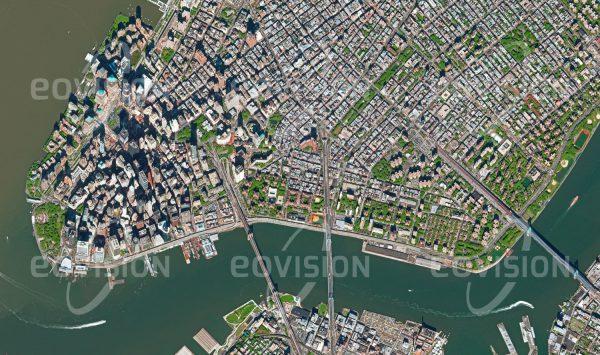 """Das Satellitenbild """"MANHATTAN - China"""" ist dem Bildband """"WASSER - Entdeckung des Blauen Planeten"""" entnommen. Bildbeschreibung: Mit der charakteristischen Skyline des zentralen Stadtteils Manhattan ist New York City der Prototyp der modernen Großstadt. An der Südspitze Manhattans liegen die Piers, von denen aus Fähren die Insel mit New Jersey und anderen Nachbarstädten verbinden."""