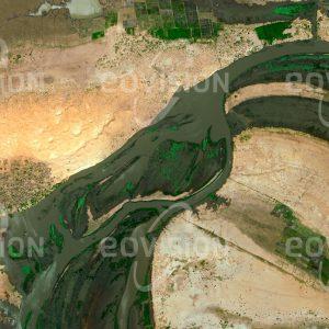 """Das Satellitenbild """"MINÉSSENGUÉ - Mali"""" ist dem Bildband """"WASSER - Entdeckung des Blauen Planeten"""" entnommen. Bildbeschreibung: Südlich von Timbuktu liegt im Ausgangsbereich des Niger-Inlanddeltas die Kleinstadt Minéssengué an einem der zahlreichen Flussarme des Nigers. Infolge der Nähe der Sahara ist das Gebiet trocken und auf die Wasserzufuhr durch den Niger angewiesen, welcher der Bevölkerung auch Bewässerungsfeldbau und Fischfang ermöglicht."""