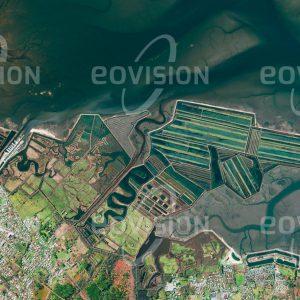 """Das Satellitenbild """"AUDENGE - Frankreich"""" ist dem Bildband """"WASSER - Entdeckung des Blauen Planeten"""" entnommen. Bildbeschreibung: Nahe der westfranzösischen Stadt Bordeaux liegt das Bassin d'Arcachon. Die flache Bucht ist stark den Gezeiten ausgesetzt und auch für die südlich ihres Eingangs gelegene Dune du Pilat, die größte Sanddüne Europas, bekannt. Schon in der ersten Hälfte des 18. Jahrhunderts wurden bei Audenge Becken für die Salzherstellung errichtet, die 1843 in Fischzuchtbecken umgewandelt wurden."""
