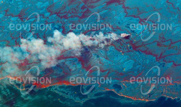 """Das Satellitenbild """"DEEPWATER HORIZON - USA"""" ist dem Bildband """"WASSER - Entdeckung des Blauen Planeten"""" entnommen. Bildbeschreibung: Die Explosion auf der Offshore-Bohrinsel Deep Water Horizon am 20. April 2010 setzte enorme Mengen Rohöl frei, die vor allem entlang der Küste im Nordosten des Golfs von Mexiko ausgedehnte Verschmutzungen verursachten. Absaugen oder chemisches Auflösen des Ölteppichs sowie gezieltes Verbrennen brachten im Kampf gegen das Öl nur Teilerfolge."""
