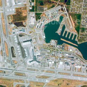 """Das Satellitenbild """"ANCHORAGE - USA"""" ist dem Bildband """"WASSER - Entdeckung des Blauen Planeten"""" entnommen. Bildbeschreibung: Anchorage ist das Wirtschaftszentrum Alaskas und zugleich ein wichtiger Verkehrsknotenpunkt für den Norden Amerikas. Aufgrund der Topografie spielen in Alaska Wasserflugzeuge eine große Rolle im regionalen Flugverkehr. Daher wurde unmittelbar neben dem internationalen Flughafen ein See für den weltweit größten Flughafen für Wasserflugzeuge angelegt. Im Winter werden auf dem Eis des Sees Start- und Landebahnen eingerichtet."""