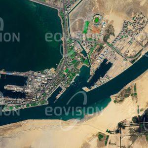 """Das Satellitenbild """"EL SUEZ - Ägypten"""" ist dem Bildband """"WASSER - Entdeckung des Blauen Planeten"""" entnommen. Bildbeschreibung: Der Sueskanal erspart die langwierige Reise um Afrika. Da er durch ein Gebiet mit nur geringen Geländeerhebungen führt, sind keine Schleusen notwendig. Schon in der Antike wurden daher erste Kanäle zwischen der Nilmündung und dem Roten Meer angelegt. Im Jahr 1869 eröffnet, stellte der jetzige Sueskanal eine enorme Erleichterung für den Handel mit Asien und Ostafrika dar und spielt deshalb auch eine große geopolitische Rolle."""
