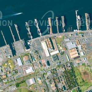 """Das Satellitenbild """"NORFOLK - USA"""" ist dem Bildband """"WASSER - Entdeckung des Blauen Planeten"""" entnommen. Bildbeschreibung: Im US-amerikanischen Norfolk, 450 Kilometer südlich von New York am Atlantischen Ozean, befindet sich der weltweit größte Marinehafen. Der Stützpunkt ist Heimathafen für zahlreiche Kriegsschiffe, darunter einige der großen Flugzeugträger und Kreuzer der US-Navy. Die Ausdehnung der Parkplätze vor den Piers veranschaulicht die Größe der Besatzung dieser Schiffe."""