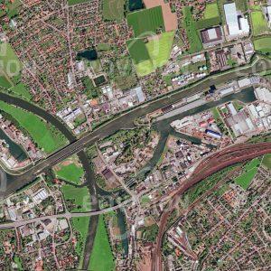 """Das Satellitenbild """"MINDEN - Deutschland"""" ist dem Bildband """"WASSER - Entdeckung des Blauen Planeten"""" entnommen. Bildbeschreibung: In der deutschen Stadt Minden kreuzt der Mittellandkanal die Weser. Er quert seit 1915 die Weser über eine Brücke, die 1998 durch eine zweite ergänzt wurde. Damit wurden nicht nur die beiden Wasserkörper entkoppelt, sondern es wird auch ein reibungsfreier Schiffsverkehr gewährleistet. Über Schleusenanlagen können Schiffe die Wasserstraßen wechseln."""