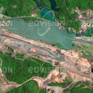 """Das Satellitenbild """"CLAYTON-PANAMAKANAL - Panama"""" ist dem Bildband """"WASSER - Entdeckung des Blauen Planeten"""" entnommen. Bildbeschreibung: Mit seinem Bau wurde bereits 1881 begonnen – ein Hinweis darauf, wie wichtig die Verkürzung der Schiffsroute um die Südspitze Südamerikas schon damals war. Der Panamakanal wurde schließlich 1914 eröffnet. Immer wieder wurde die Kapazität der rund 80 Kilometer langen Wasserstraße erhöht. Alljährlich passieren ihn mit fast 15000 Schiffen etwa fünf Prozent der weltweiten Seefracht."""