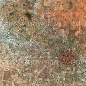 """Das Satellitenbild """"MAGARIA TOUNKOUR - Niger"""" ist dem Bildband """"NEW HUMAN FOOTPRINT - Unsere Welt im Umbruch"""" entnommen. Bildbeschreibung: Die Sahel-Zone erstreckt sich südlich der Sahara über die ganze Breite Nordafrikas. Immer wieder treten längere Dürrezeiten auf, die das Überleben der Menschen bedrohen. Auch hier, 500 Kilometer westlich des Tschadsees, wirkte sich die letzte Dürrephase um 2010 stark aus. Eine Folge von Dürren und Bürgerkriegen sind ausgeprägte Abwanderungstendenzen."""