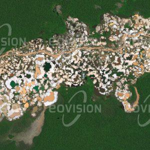 """Das Satellitenbild """"MADRE DE DIOS - Peru"""" ist dem Bildband """"NEW HUMAN FOOTPRINT - Unsere Welt im Umbruch"""" entnommen. Bildbeschreibung: In Madre de Dios im peruanischen Teil des Amazonasbeckens haben spanische Eroberer schon im Jahr 1556 Goldvorkommen entdeckt. Die Flüsse schwemmten Gold aus den Bergen und lagerten es in den Flusssedimenten ab. Diese werden seit dem 19. Jahrhundert ausgebeutet. Heute werden von Zehntausenden Goldwäschern illegale Goldminen betrieben, wobei das Gold mittels hochgiftigem Quecksilber gewonnen wird. Um die Flüsse sind weite Landstriche verwüstet, einhergehend mit Biodiversitätsverlust und existenzbedrohenden Problemen für die indigene Bevölkerung."""