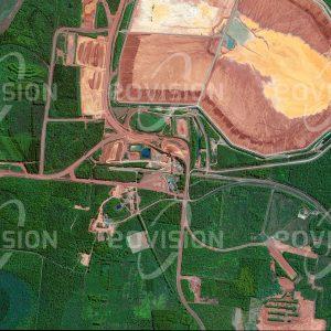 """Das Satellitenbild """"WEIPA - Australien"""" ist dem Bildband """"NEW HUMAN FOOTPRINT - Unsere Welt im Umbruch"""" entnommen. Bildbeschreibung: Die weltweit größte Bauxit-Mine befindet sich im Norden von Queensland nahe von Weipa, einer eigens für diese Mine errichtete Hafenstadt. Der Abbau von Bauxit ist hier auf einer Fläche von 3800 Quadratkilometern vorgesehen. Aus Bauxit wird unter hohem Einsatz von elektrischer Energie Aluminium gewonnen, ein in vielen Technologiebereichen immer wichtiger werdendes Leichtmetall. Bei der Förderung werden seit 1963 oberflächliche Bauxitschichten abgegraben, wobei es zu Belastungen der Luftqualität durch aluminiumhaltigen Staub kommt."""