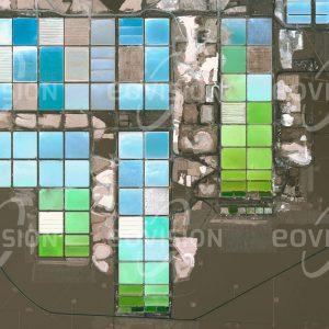 """Das Satellitenbild """"SALAR DE ATACAMA - Chile"""" ist dem Bildband """"NEW HUMAN FOOTPRINT - Unsere Welt im Umbruch"""" entnommen. Bildbeschreibung: Große Teile der Oberfläche des Salzsees sind mittlerweile von den Verdunstungsbecken für die Gewinnung von Lithium bedeckt. Lithium ist eines der chemischen Elemente, auf denen die Pläne für die Zukunft der Energiewirtschaft beruhen. Als wichtiger Bestandteil leistungsfähiger Akkumulatoren spielt es vor allem auch für Elektroautos eine bedeutende Rolle. Die Sole unterhalb der Salzkruste des Salar de Atacama ist die weltweit größte und reinste Quelle für Lithium."""