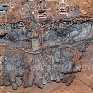 """Das Satellitenbild """"BAYAN OBO - China"""" ist dem Bildband """"NEW HUMAN FOOTPRINT - Unsere Welt im Umbruch"""" entnommen. Bildbeschreibung: Schon 1927 wurde hier mit der Gewinnung von Eisenerz begonnen. Wenige Jahre danach wurden erste Seltenerdmetalle gefunden. Seltenerdmetalle werden etwa in der Produktionvon Leuchtmitteln und Lasern eingesetzt. Bayan Obo lieferte zuletzt mit zwei weiteren Minen in China etwa 80 Prozent der weltweit produzierten Seltenerdmetalle."""