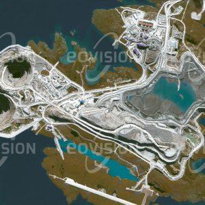 """Das Satellitenbild """"DIAVIK MINE - Kanada"""" ist dem Bildband """"NEW HUMAN FOOTPRINT - Unsere Welt im Umbruch"""" entnommen. Bildbeschreibung: Die Diamantenmine auf einer Insel des Lac de Gras, etwa 200 Kilometer nördlich des Großen Sklavensees, hat sich zu einem wichtigen Wirtschaftsfaktor der abgelegenen Region entwickelt. Entlang alter Vulkanschlote, die Diamanten mit sich führten, wird hier in die Tiefe gegraben. Die jährliche Produktion der Diavik-Mine beträgt etwa 1400 Kilogramm Diamanten."""