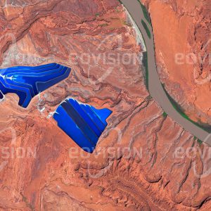 """Das Satellitenbild """"MOAB - USA"""" ist dem Bildband """"NEW HUMAN FOOTPRINT - Unsere Welt im Umbruch"""" entnommen. Bildbeschreibung: Inmitten der unwirtlichen Felsenlandschaft Utahs liegen zwischen dem Arches National Park und dem Canyonlands National Park die Potash Ponds. Dabei handelt es sich um Verdampfungsbecken, die der Gewinnung von Kalium dienen. Die leuchtenden Farben entstehen dadurch, dass zur Erhöhung der Verdunstungsrate blauer Farbstoff beigegeben wird."""