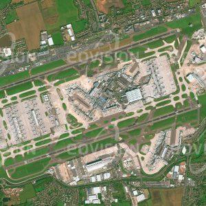 """Das Satellitenbild """"HEATHROW - Großbritannien"""" ist dem Bildband """"NEW HUMAN FOOTPRINT - Unsere Welt im Umbruch"""" entnommen. Bildbeschreibung: Heathrow ist der größte von sechs Flughäfen, die den Großraum London bedienen, und zugleich Europas größter Passagierflughafen. Im Jahr 2016 wurden hier in vier Terminals 75,7 Millionen Passagiere abgefertigt. Heathrow ist durch Stationen der U-Bahn und eines Expresszugs in die City und über zwei Autobahnen an das Verkehrsnetz angebunden."""