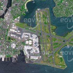 """Das Satellitenbild """"BOSTON - USA"""" ist dem Bildband """"NEW HUMAN FOOTPRINT - Unsere Welt im Umbruch"""" entnommen. Bildbeschreibung: Ein erster Flughafen wurde an dieser Stelle bereits 1923 in Betrieb genommen. Der auf einer teilweise künstlich aufgeschütteten Halbinsel weit in die Massachusetts Bay gebaute Logan International Airport ist mit 6 Start- und Landebahnen und mehr als 38 Millionen Passagieren pro Jahr der größte Flughafen Neuenglands."""
