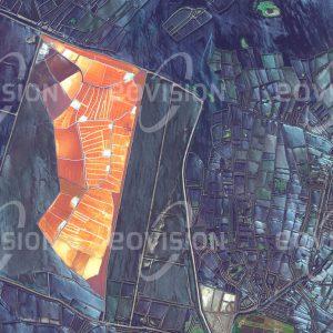 """Das Satellitenbild """"DAMIETTA - Ägypten"""" ist dem Bildband """"NEW HUMAN FOOTPRINT - Unsere Welt im Umbruch"""" entnommen. Bildbeschreibung: An den Damietta-Arm, den östlichen Mündungsarm des Nils, schließt sich der Manzala-See an. Diese fast 50 Kilometer lange Lagune erstreckt sich sich bis Port Said am Sueskanal. Die ursprünglich ertragreiche Fischerei in der Lagune litt unter Verschmutzung und Verlandung. Von der Regierung initiierte Aktivitäten zur Landgewinnung für die Landwirtschaft erwiesen sich wegen des salzhaltigen Bodens nur teilweise als erfolgreich. Von alters her bestehen im Manzala-See Salinen, deren Farbgebung von der Salzkonzentration des Wassers und von Algen bestimmt wird."""