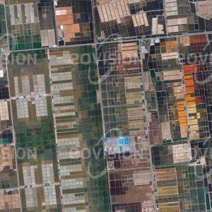 """Das Satellitenbild """"LAIZHOU - China"""" ist dem Bildband """"NEW HUMAN FOOTPRINT - Unsere Welt im Umbruch"""" entnommen. Bildbeschreibung: Laizhou im Süden der Bohai-Bucht ist für ihren Reichtum an Rasiermuscheln und Schwimmkrabben bekannt. Der flache Uferbereich wird für die Gewinnung von Salz in Verdampfungsbecken genutzt, darüber hinaus werden hier umfangreiche Projekte zur Landgewinnung umgesetzt. Laizhou ist überdies für die Produktion von Magnesium und Gold von Bedeutung."""